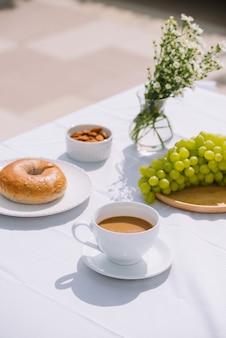 Colazione con pane al caffè e frutta