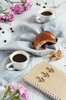 La prima colazione con caffè e croissant si chiuda con i chicchi di caffè