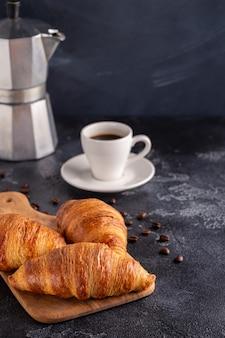 Colazione con caffè e croissant, messa a fuoco selettiva