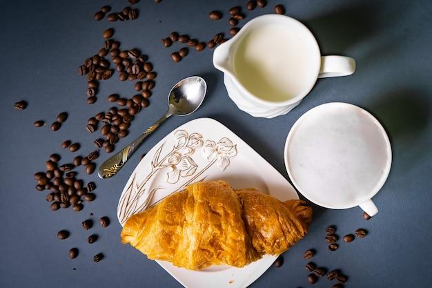 Colazione con caffè e croissant