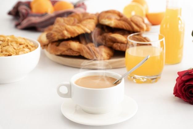 Colazione con caffè, pasticcini, succhi di frutta e cereali