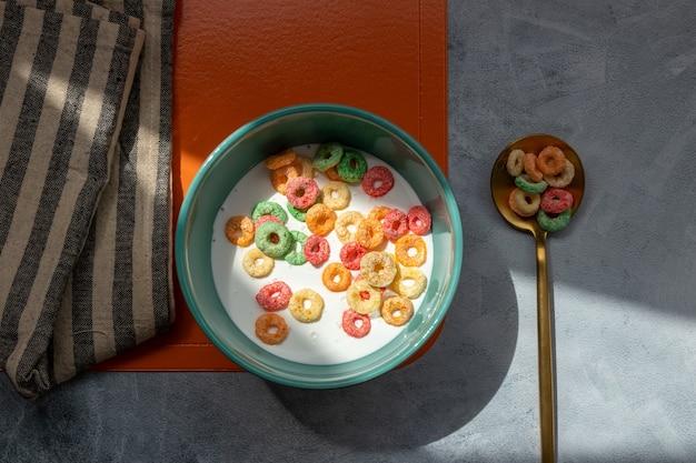 La colazione con cereali colorati è servita in una ciotola colorata
