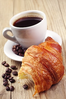 Colazione con croissant e caffè