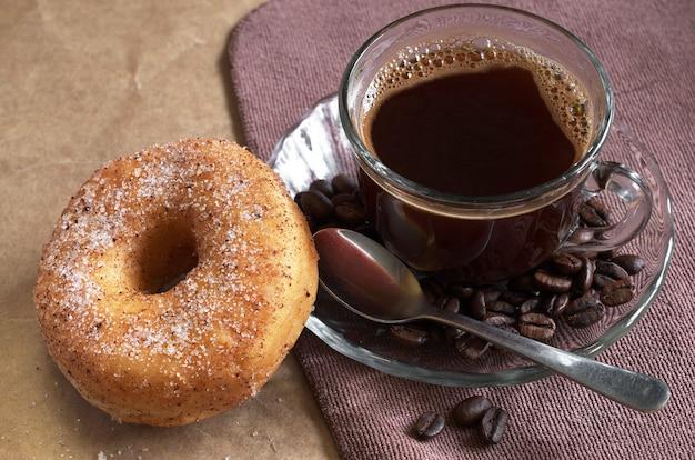 Colazione con tazza di caffè caldo e ciambella sul tavolo