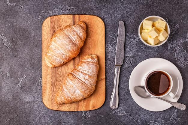 Colazione con croissant freschi, succo d'arancia e caffè