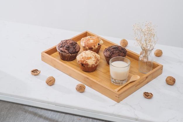 Colazione con muffin e latte freschi fatti in casa.