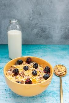 Colazione con cereali muesli e frutta, come mirtilli e more