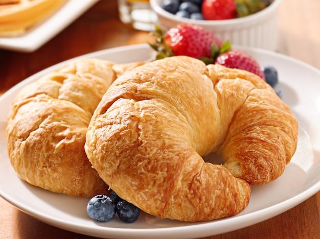 Colazione con due croissant e frutti di bosco
