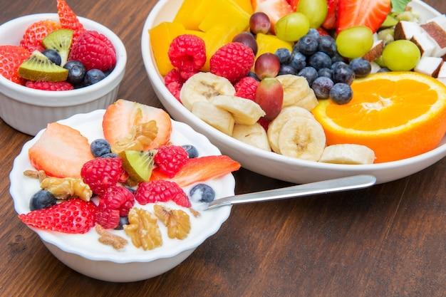 Colazione con yogurt, lamponi alla fragola e cereali
