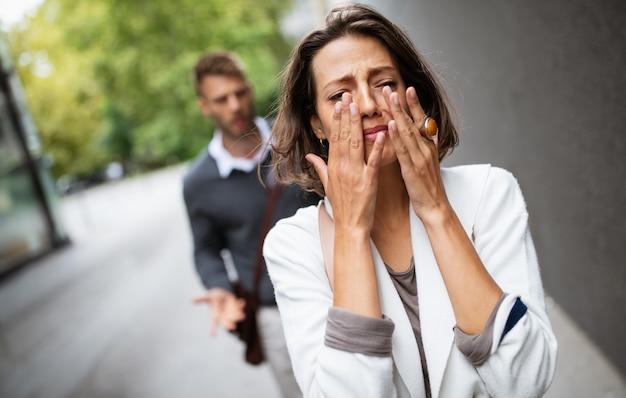 Rottura di una coppia con un uomo e una ragazza triste all'aperto. divorzio, coppia, amore, concetto di dolore.