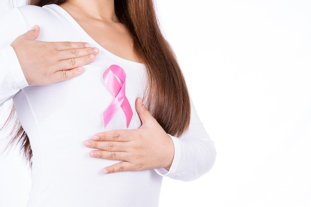 Nastro di consapevolezza del cancro al seno sul petto della donna isolato
