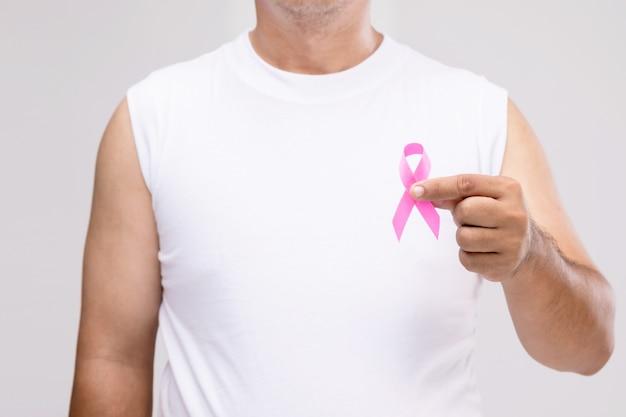 Concetto di cancro al seno negli uomini: ritratto uomo asiatico e nastro rosa il simbolo della campagna contro il cancro al seno.