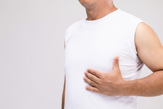 Concetto di cancro al seno negli uomini: ritratto uomo asiatico in postura di cura o proteggersi dal cancro al seno.