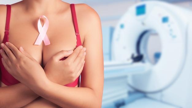 Concetto di prevenzione del cancro al seno. sfondo di seni femminili in un reggiseno nell'ufficio della mammografia.