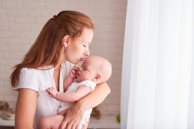 Allattamento al seno la mamma nutre il bambino. con spazio di testo libero. copia spazio