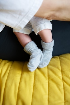 Allattamento con latte materno. piccoli piedi di un neonato in calzini. il primo mese di vita di un bambino.