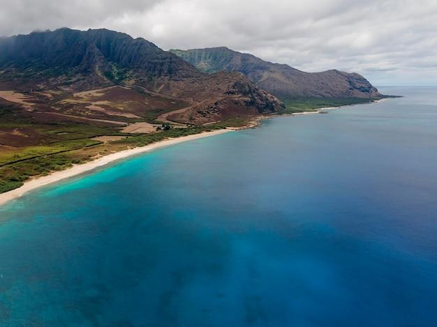 Paesaggio mozzafiato delle hawaii con il mare blu