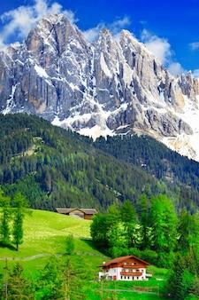 Natura mozzafiato delle montagne dolomitiche. alpi italiane