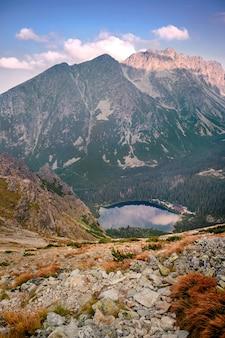 Vista mozzafiato del lago di montagna popradske pleso all'alba in alti tatra, slovacchia