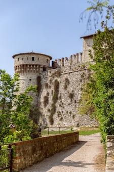 Brescia - italia. 25 aprile 2021: le mura interne di un castello medievale con torre di osservazione nella città di brescia, lombardia, italia (foto verticale)