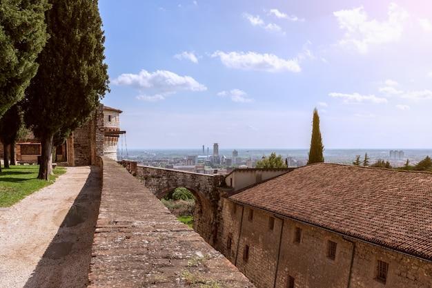 Brescia - italia. 25 aprile 2021: vista dal castello all'arco del ponte levatoio e al centro di brescia. lombardia, italia