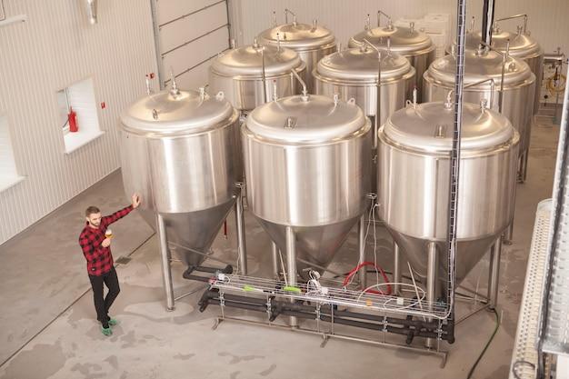 Brewer degustazione di birra nel suo microbirrificio, copia dello spazio