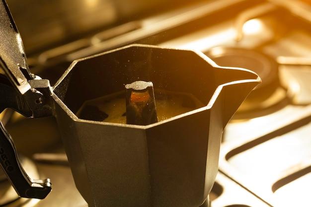 Preparare il caffè nero con la caffettiera italiana. messa a fuoco selettiva.