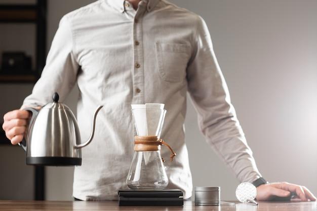 Brewing versare sullo stile di fare il caffè gocciolante con le bolle. metodi alternativi di preparazione del caffè. bella vista ravvicinata o preparazione del caffè mattutino. industria del caffè. concetto di caffetteria