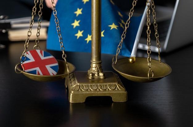 Brexit, bandiera dell'unione europea con la bandiera della gran bretagna su un'icona di giacca insieme su una bilancia.