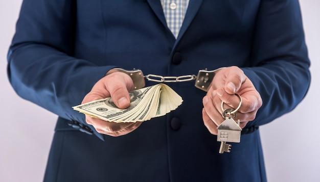 Corruzione e corruzione sono un uomo che tiene in mano un dollaro, isolato. crimine