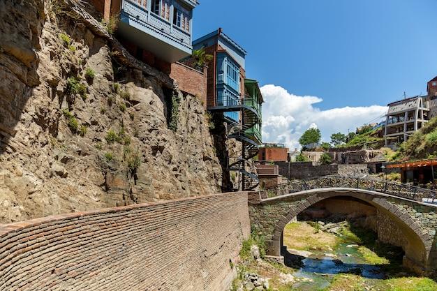 Ponte ad arco in mattoni sul letto del fiume nella città vecchia di tbilisi
