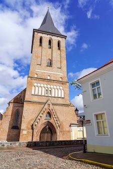 Chiesa cristiana in mattoni con la sua alta torre nella città estone di tartu.