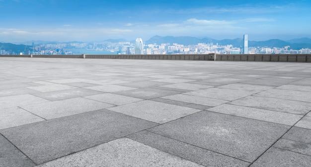 Pavimentazione in mattoni e skyline della città di hong kong