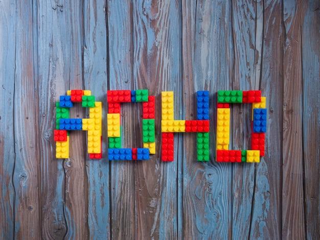 Il mattone gioca la parola adhd multicolore per il concetto di sci o istruzione
