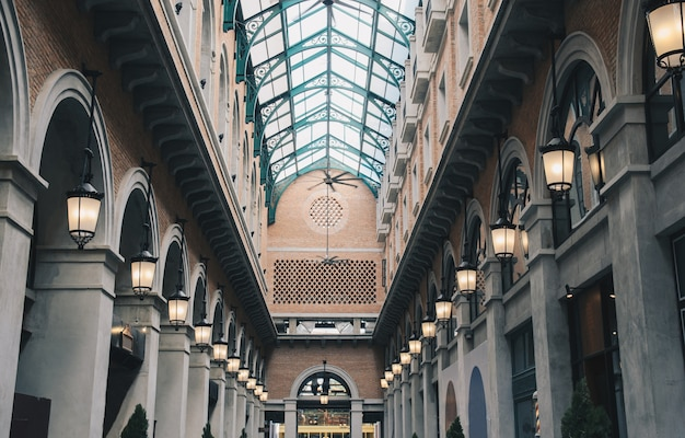 Edificio d'epoca in mattoni con tetto a specchio