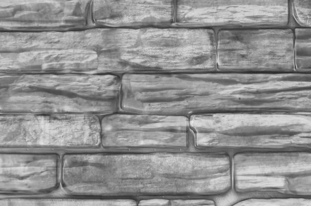 Il muro di mattoni della casa è bianco e nero.