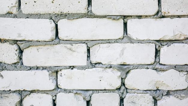 Fondo dei muri di mattoni con una struttura concreta fra le pietre lavori di ristrutturazione e riparazione della casa di costruzione.