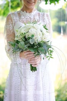 Primo piano del bouquet da sposa nelle mani della sposa
