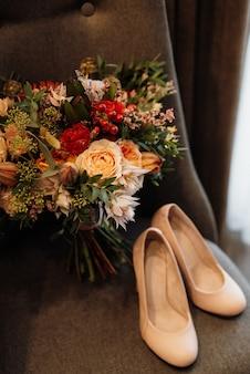 Bouquet da sposa nei toni del rosso autunnale dei fiori secchi del kenya