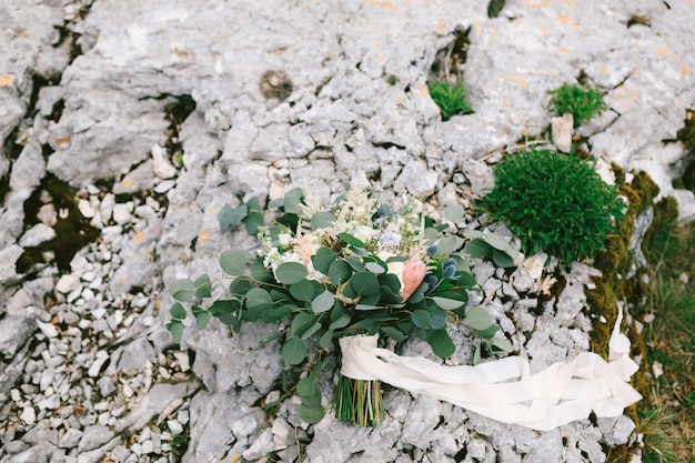 Bouquet da sposa di rose bianche e crema rami di eucalipto protea eryngium delphinium e