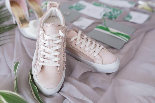 Scarpe da sposa e scarpe da ginnastica accessori inviti e fiori