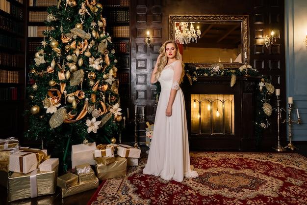Sposa sullo sfondo delle luci del nuovo anno, interni di natale