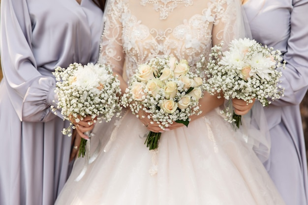 Sposa, damigelle e bouquet da sposa
