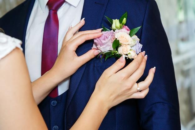 La sposa si coccola con lo sposo il giorno del matrimonio