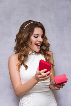 Sposa ragazza sorpresa con regalo di nozze
