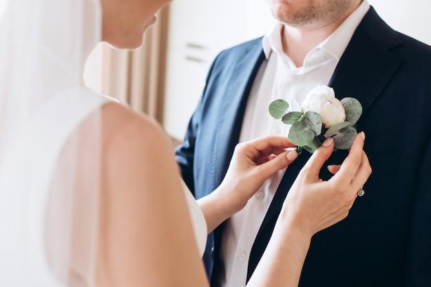 La sposa e lo sposo si stanno preparando per il matrimonio
