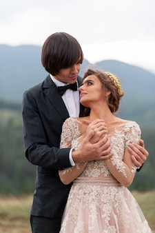 Gli sposi celebrano il loro matrimonio in montagna. foto del matrimonio. cerimonia di nozze per due.