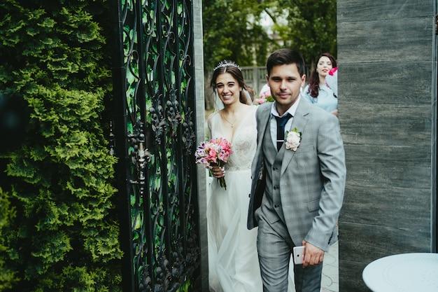 Gli sposi entrano in giardino