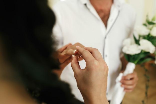 La sposa e lo sposo si scambiano gli anelli durante la cerimonia