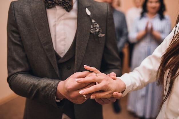 La sposa e lo sposo si scambiano gli anelli Foto Premium